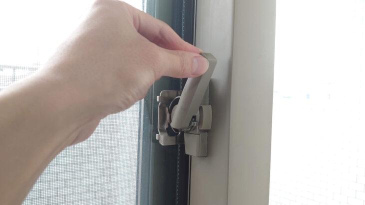 窓の鍵のフック部分を外側から解錠可能