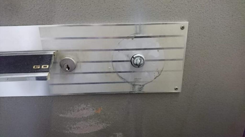 鍵穴はレバーハンドルの裏に隠れている