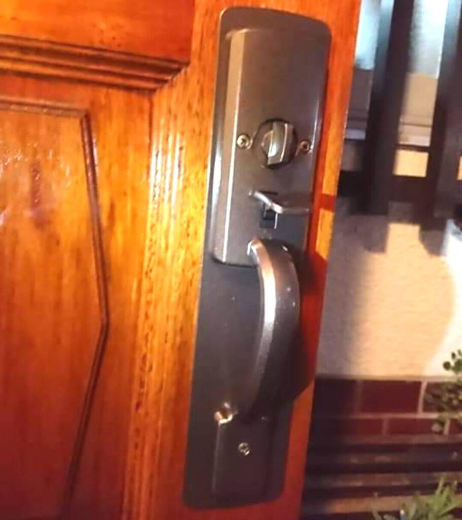 技研のサムラッチ錠をMIWA製に加工交換 室内側