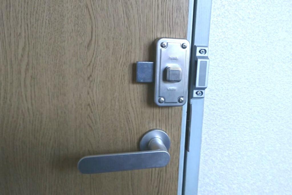 室内ドアへの鍵の新規取付工事に出張対応する鍵屋