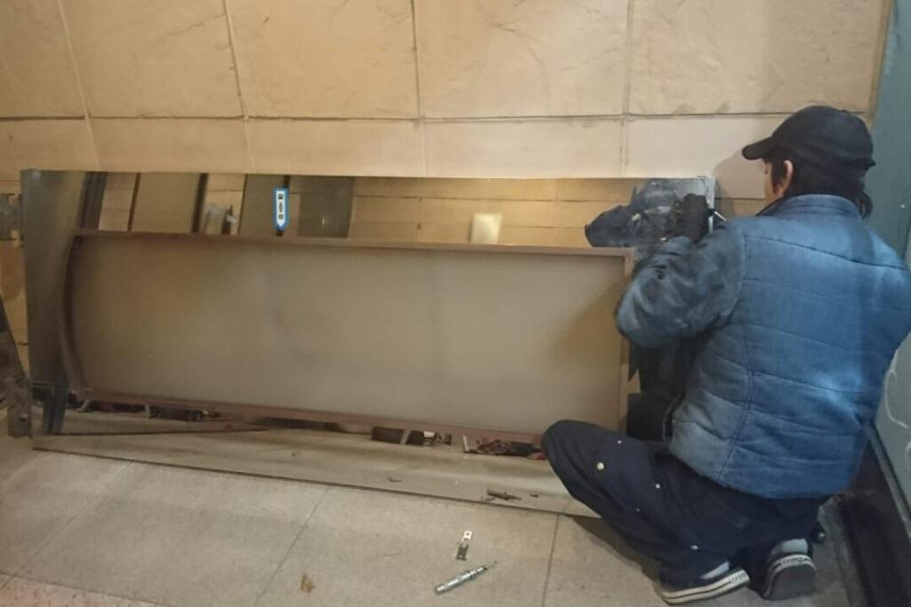 SHOWA製の鍵修理に伴う自動ドアの脱着作業