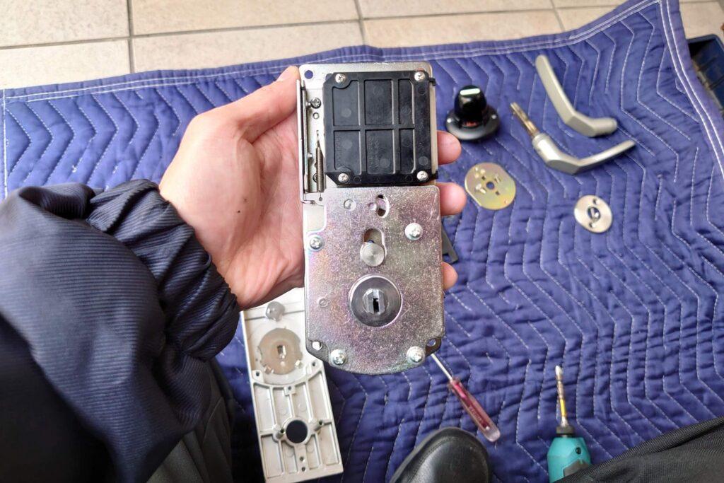 シャーロック製「カードキー」の錠前を分解修理