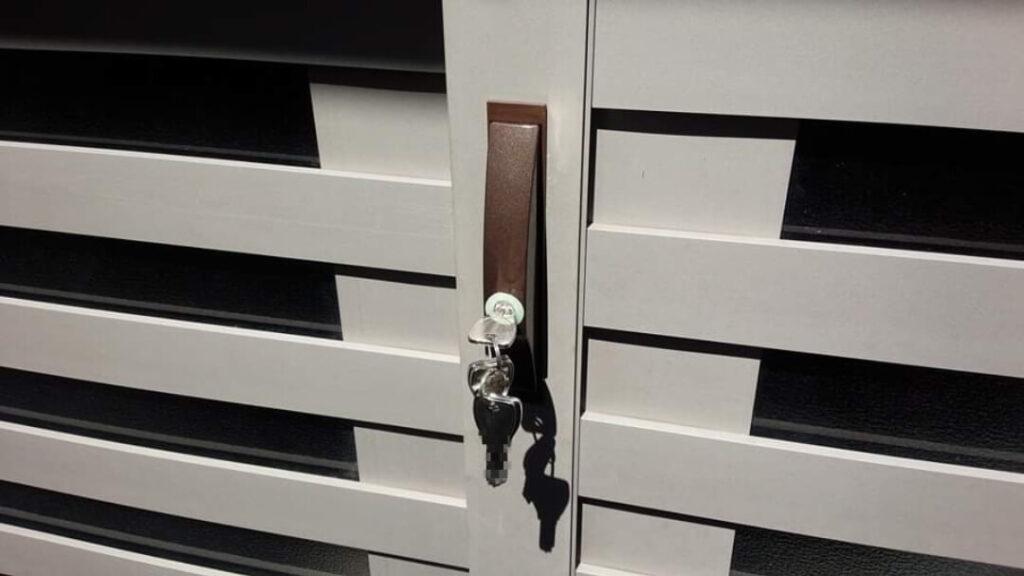 引戸錠の加工交換に出張対応する鍵屋