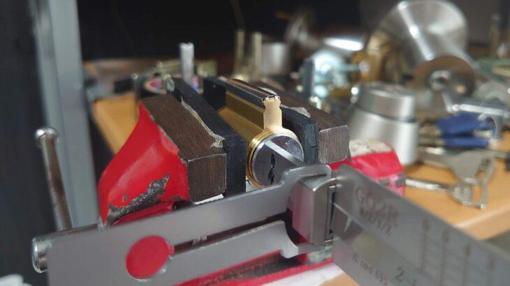 GOALの6ピン「P」シリンダー 解錠治具を使って鍵を開ける練習