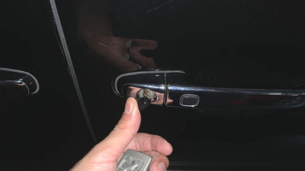 20系ヴェルファイアの鍵紛失によるメカニカルキー作製